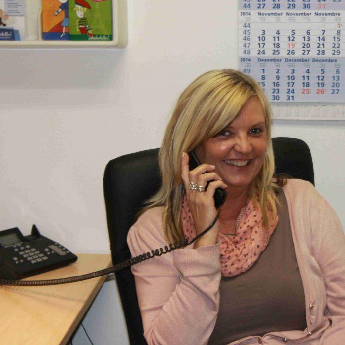 Bild einer Nachhilfelehrerin am telefonieren
