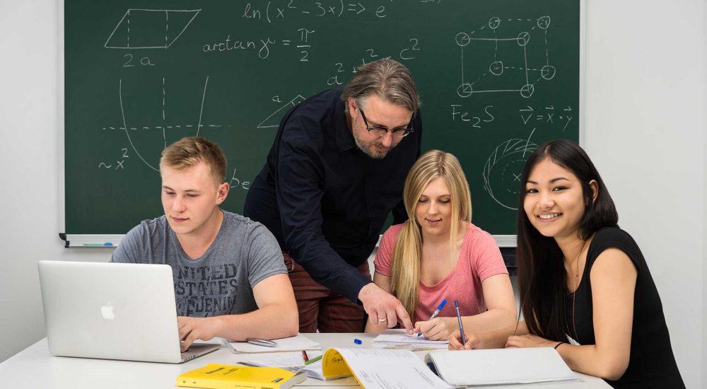 Nachhilfelehrer hilft Abiturienten beim Lernen