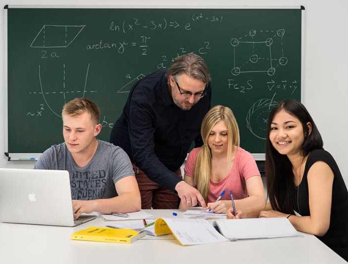 Nachhilfelehrer mit Abiturienten beim erklären