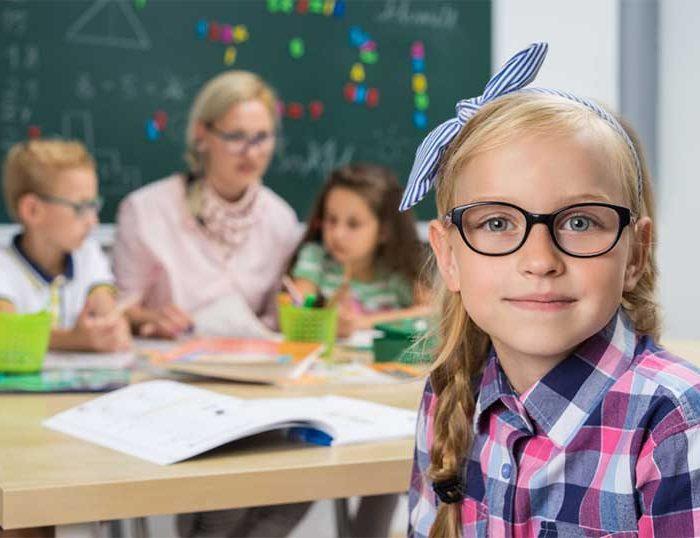 Grundschülerin mit Schleife im Haar